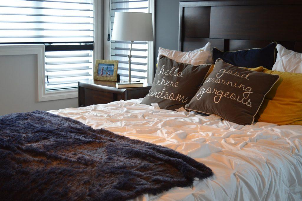 Poduszki na łóżku w sypialni