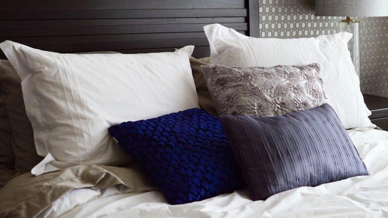 Poduszki dekoracyjne: sposób na szybką metamorfozę wnętrza